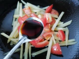 西红柿炒土豆丝,加入一勺生抽提鲜