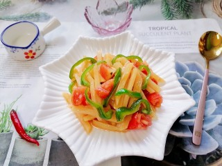 西红柿炒土豆丝,拍上成品图,一道清爽可口的西红柿炒土豆丝就完成了。