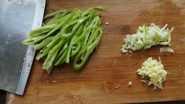 西红柿炒土豆丝,尖椒切丝,葱切末,姜切末