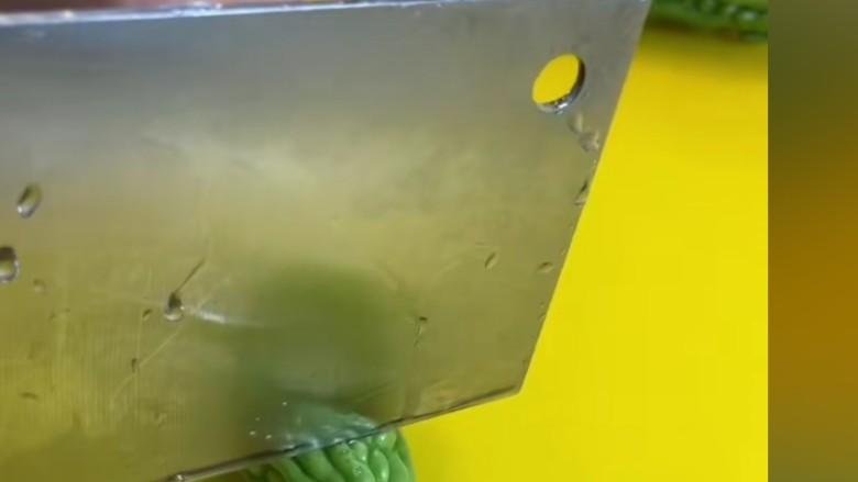 苦瓜炒藕,在切成小段儿,再去瓤而去子切成条儿。