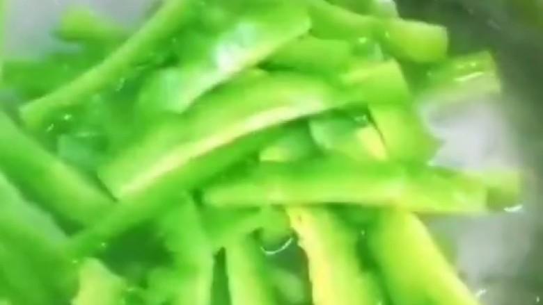 苦瓜炒藕,苦瓜倒入锅中,加一勺盐,保持绿色,捞出过凉。