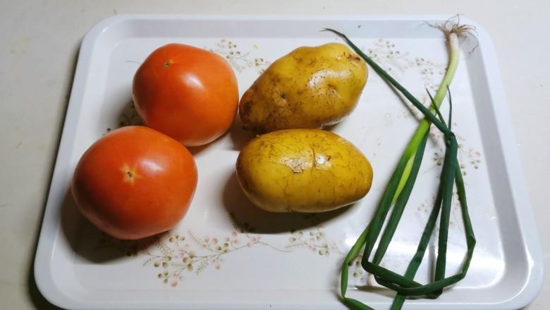 西红柿炒土豆丝,食材准备好。