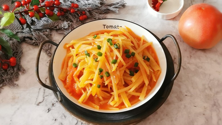西红柿炒土豆丝,装盘上桌。