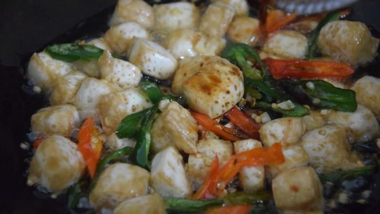 酸辣豆腐,加入调料翻炒均匀即可出锅