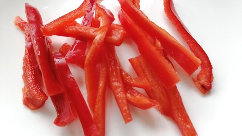 双椒豆干,红椒洗干净切成丝