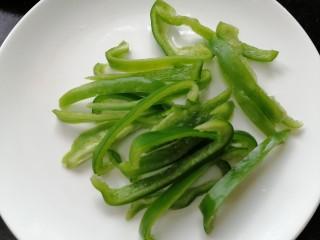 双椒豆干,青椒洗干净切成丝