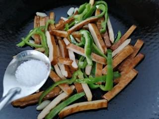 双椒豆干,加入半勺盐调味