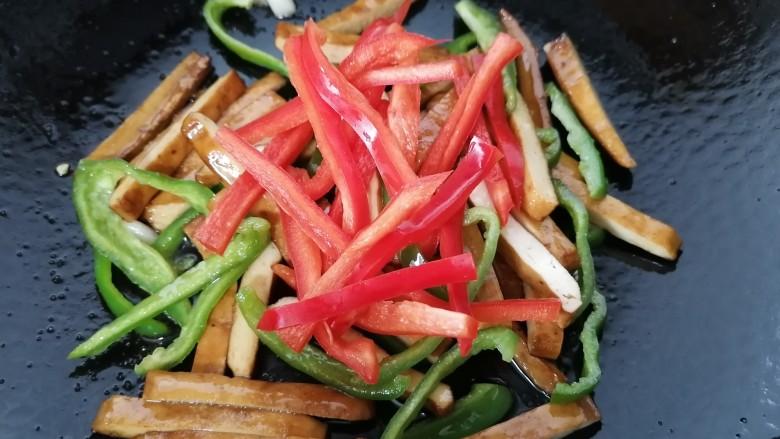 双椒豆干,放入红椒