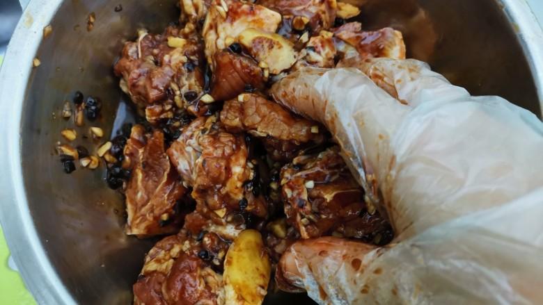 蒜蓉豆豉蒸排骨,抓拌均匀,腌制半个小时以上