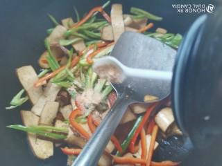双椒豆干,加入适量的五香粉翻炒均匀