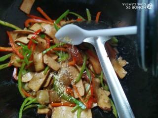 双椒豆干,加入鸡精翻炒均匀即可出锅