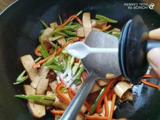 双椒豆干,加入适量的盐调味,翻炒均匀