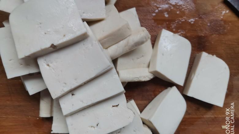 酸辣豆腐,豆腐清洗干净,切成厚片