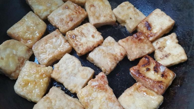 酸辣豆腐,不粘锅烧热,小火把豆腐煎至表面金黄盛出即可