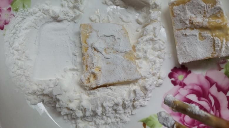 酸辣豆腐,再粘上一层玉米淀粉