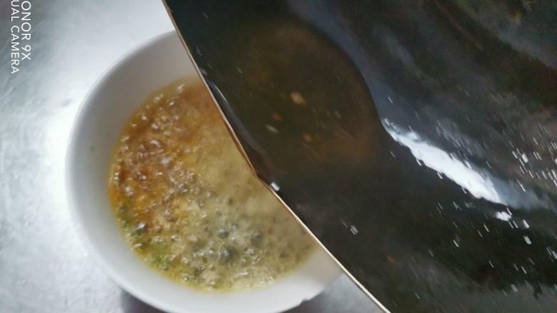 酸辣豆腐,用热油泼一下激出蒜香
