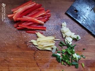 嫩南瓜炒肉丝,红椒切丝,姜切丝,大蒜拍碎葱切段