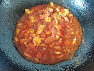 西红柿香肠鸡蛋拌面,烧至汤汁粘稠即可