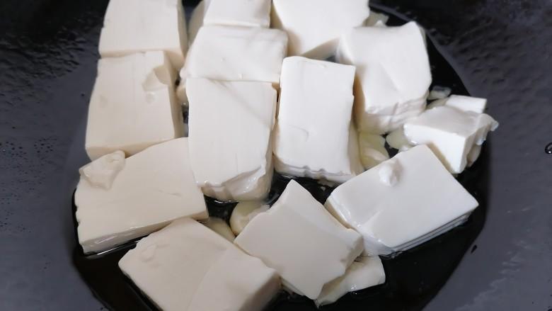 酸辣豆腐,放入豆腐