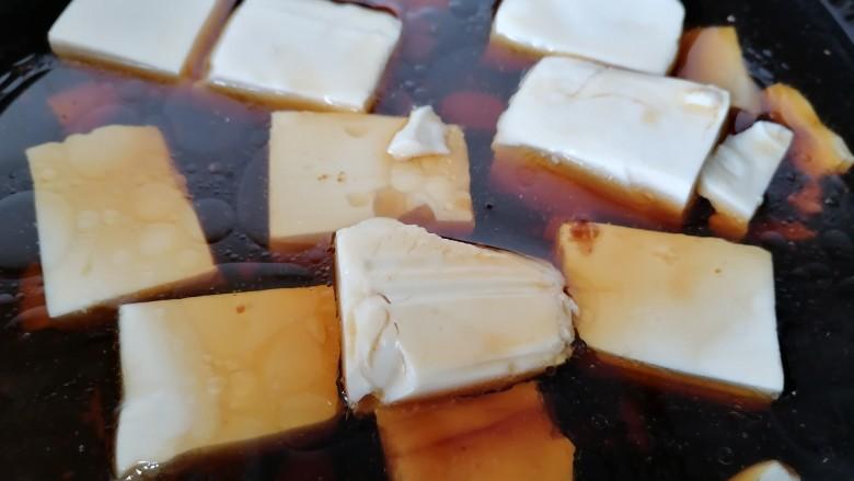 酸辣豆腐,加入适量水炖一会
