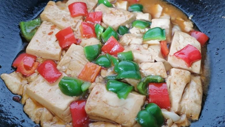 酸辣豆腐,最后放入红椒炖至豆腐入味上色即可出锅