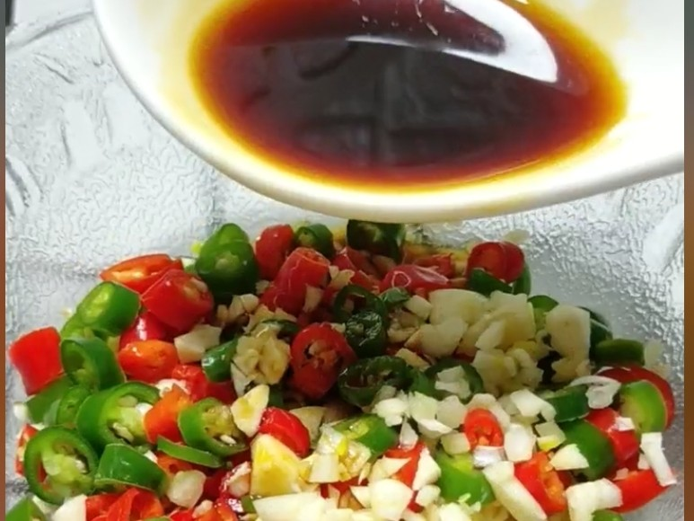 酸辣豆腐,青红椒放入大碗中,蒜末倒入碗中,加入生抽