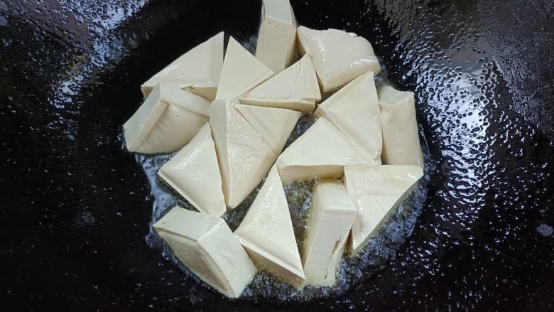 酸辣豆腐,倒入豆腐