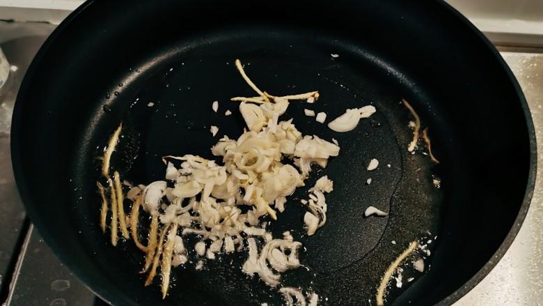 苦瓜炒藕,起油锅放入食用油,油热后放入姜丝炒出香味,放入葱蒜翻炒。