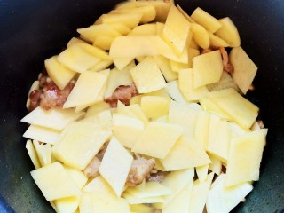 西红柿炒土豆丝,加入猪肉和土豆