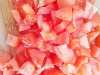 西红柿炒土豆丝,一个西红柿切成小丁
