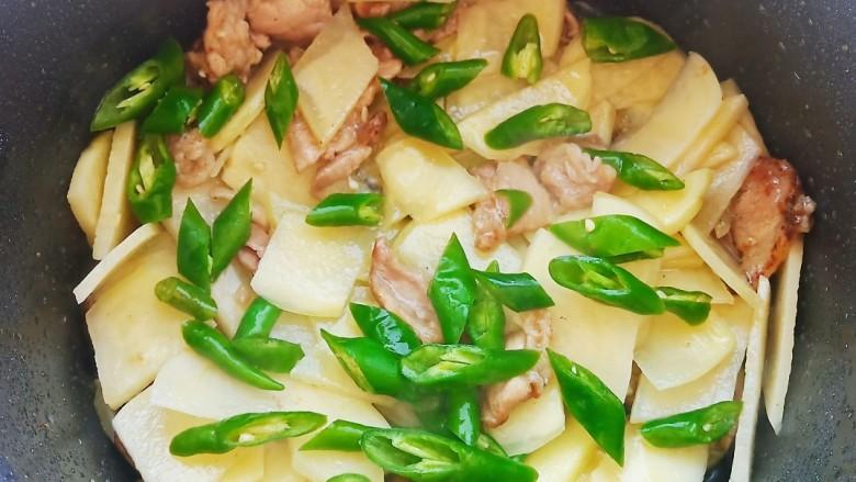 西红柿炒土豆丝,加入辣椒翻炒均匀