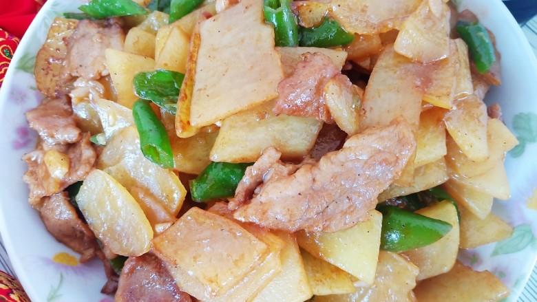 西红柿炒土豆丝,加入适量食盐和生抽调味即可