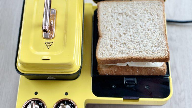 牛油果蛋清芝士火腿三明治,盖上另一片吐司片