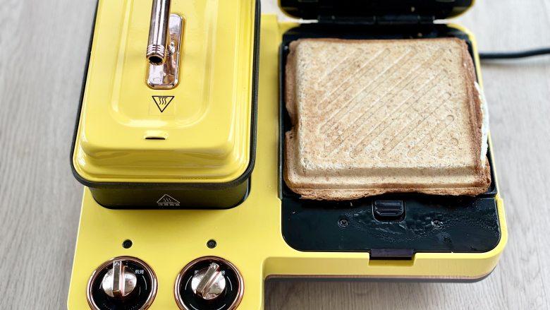 牛油果蛋清芝士火腿三明治,热压好之后,对半切开即可食用