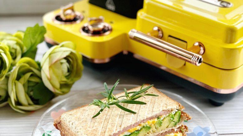 牛油果蛋清芝士火腿三明治,颜色小清新,浓浓的芝士爆浆!