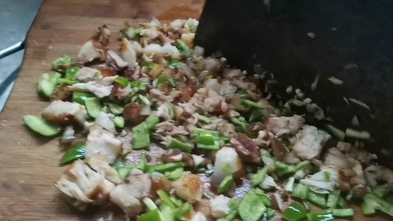 家常肉夹馍,把青椒一起剁到肉里