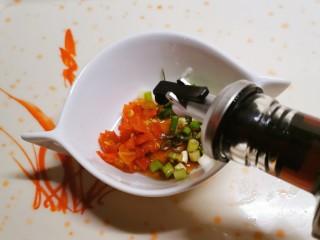 酸辣豆腐,剁辣椒和香葱放入小碗中,放入醋和生抽。