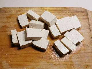 酸辣豆腐,豆腐切块。
