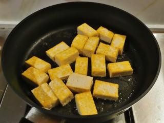 酸辣豆腐,平底锅放入食用油,油热后放入豆腐块煎至两面金黄。