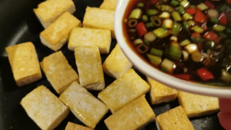 酸辣豆腐,倒入之前调好的料汁。