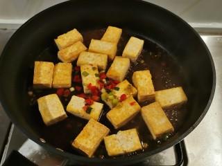 酸辣豆腐,转小火烧制。