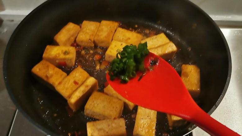 酸辣豆腐,豆腐吸收了汤汁,已经入味,放入香葱绿色部分,关火出锅。