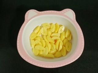 白果红薯糖水,白果去芯装入碗中