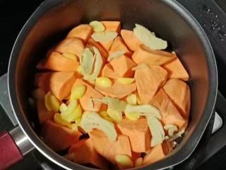 白果红薯糖水,接着倒入白果和姜片