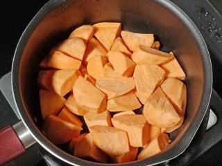 白果红薯糖水,把红薯倒入锅中