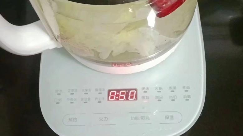 山药银耳甜汤,按银耳功能键炖煮