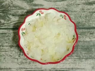 小米银耳苹果粥,银耳撕小朵装入碗中待用