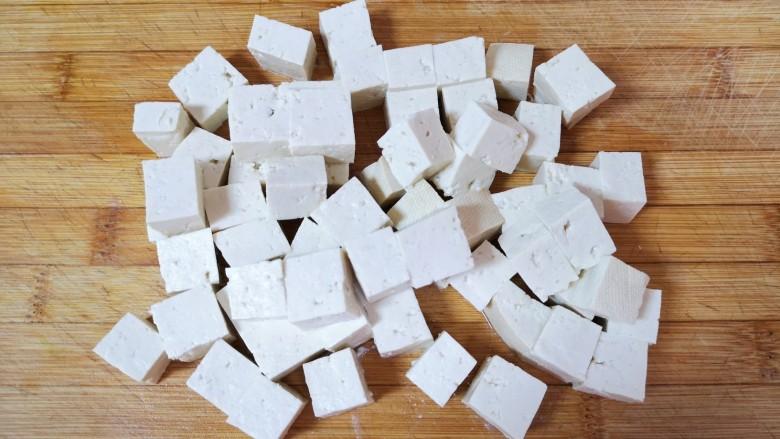 酸辣豆腐,香豆腐冲洗一下切成小块。