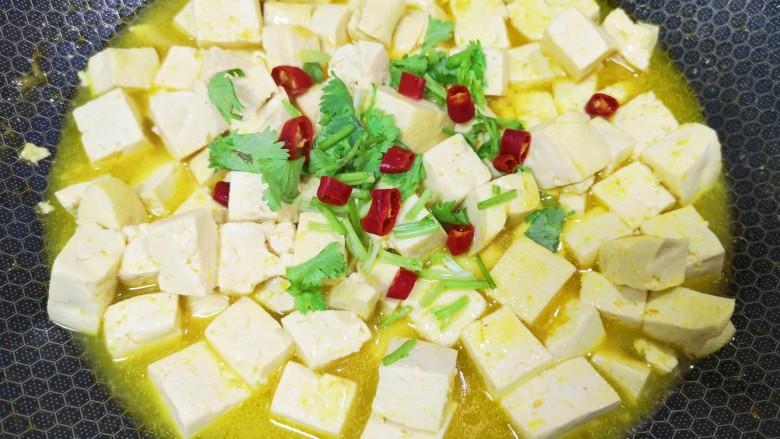 酸辣豆腐,汤汁明显变少,豆腐入味,撒上香菜碎和<a style='color:red;display:inline-block;' href='/shicai/ 9658'>辣椒圈</a>出锅。