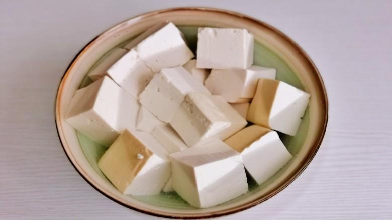 酸辣豆腐,豆腐切小块。